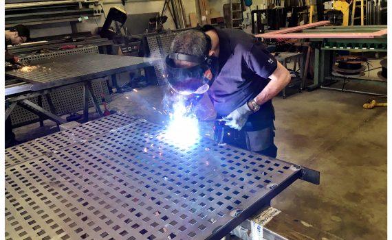 Fem tot tipus de treballs amb ferro: Baranes Reixes Portes Decoració amb ferro Barbacoes amb graelles Tanques metàl·liques