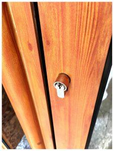 Alumini exterior i fusta interior Gran aïllament tèrmic i acústic Envidrament de fins a 40mm A més de les fustes estàndard -Roure Americà, Sapelly i Pi Melis- per acabat interior, més opcions sota comanda Gran varietat de colors d'acabat de l'aluminiexterior; lacats, anoditzats, imitació fusta