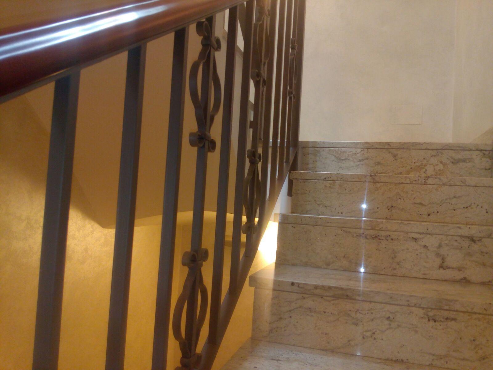 Tot en Escales! i baranes per escales a mida Subministrem i col loquem escales a mida, metàl liques per interior i exterior, amb perfils estructurals metàl lics i diferents tipus de graons: fusta,xapa, entremat metàl·lic,acer inoxidable,vidre...