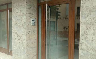 Col·locació de portes de vidre corredisses, practicables, pivotants, ... per tancaments interiors combinant les portes amb vidres fixes, creant separacions d'habitacions, com també per exteriors: entrades d'edificis, entrades de locals, ... Amb tot tipus de vidres, de seguretat, decorats, amb formes, ... Tot fet a mida, per permetre que el client faci realitat les seves idees.