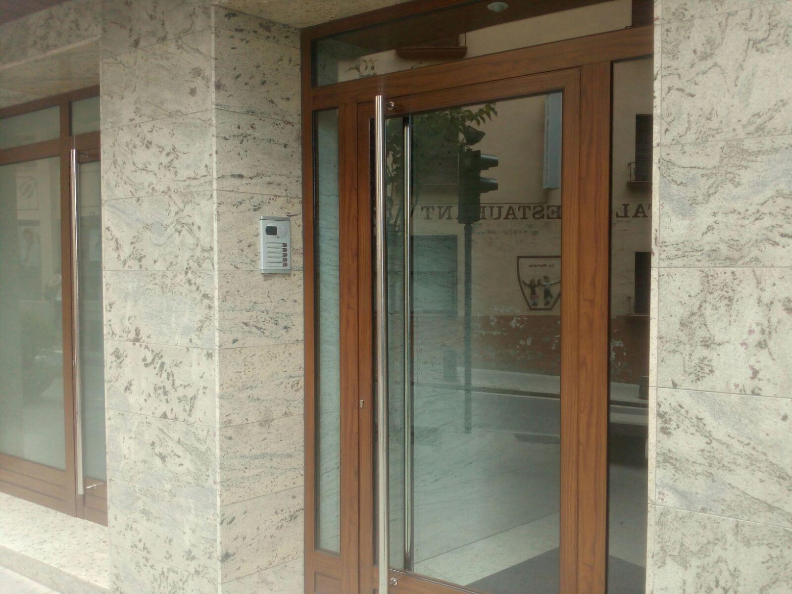 PORTES DE CARRER PER A COMUNITAT DE VEÏNS Àmplia gamma de portes de carrer per a comunitat de veïns, acabats a escollir en funció dels diferents models. Les portes de comunitats, d'accés des del carrer a les comunitats de propietaris poden combinar diversos tipus de materials (ferro, alumini, vidre, fusta) La seguretat dels habitants d'una comunitat d'una escala de veïns, comença per la porta d' entrada a la finca. Una porta robusta de ferro o una de fusta blindada és una garantia de seguretat d'aquest punt d'accés a l'edifici. Les portes de comunitat poden disposar dels següents elements: Color: Perfilaríeu (Lacada en qualsevol color de la carta Ral) Ferratges i tiradors (daurats, cromats, acer inoxidable ...) Vidres: De seguretat laminats de 5+5 Panys: Electromecànics d'obertura i tancament automàtic, amb claus especialment pensades per a ús comunitari.