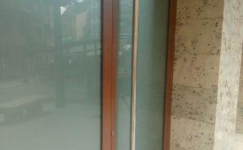 Fusteria d'alumini, alumini corbat i vidre, per portes, finestres, sostres, protecions solars, terrasses per bars i altres tancaments a Andorra. Exemple de porta d'acces a Consultori Medic.