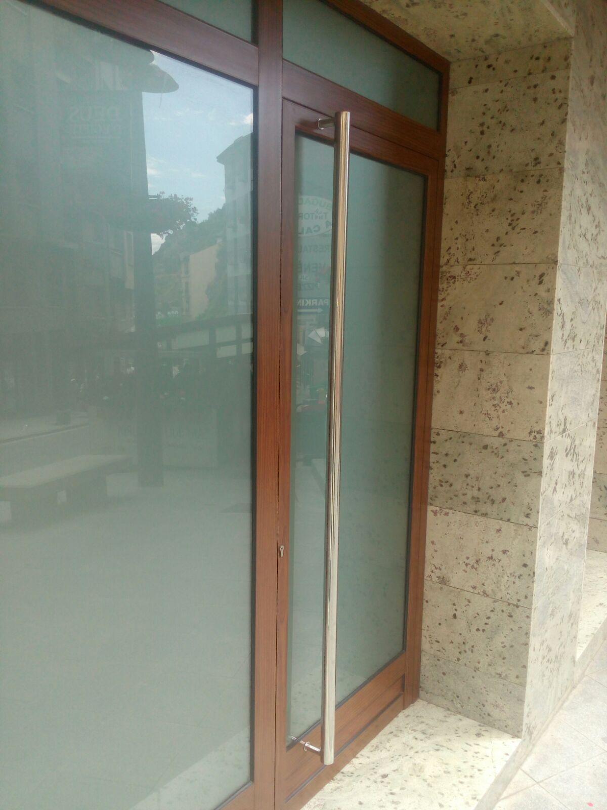 Fusteria d'alumini, alumini corbat i vidre, per portes, finestres, sostres, protecions solars, terrasses per bars i altres tancaments a Andorra