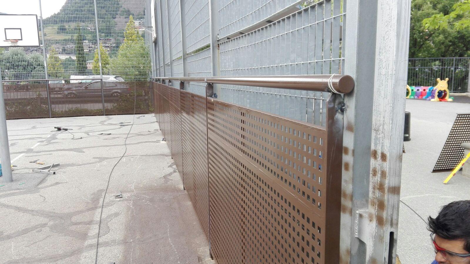 Baranes de ferro La barana és un element de protecció per a balconades i escales i podem fer que arribe a ser un element decoratiu més dins o fora de la seua llar. Una possibilitat que pot escollir i que nosaltres li oferim són les baranes de ferro.