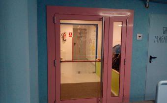 Porta de color rosa ral 3015 . Porta de la serie optima amb color ral 3015 Aluminis Innaltech. Amb vidres laminats tant per la part de dins com per la part de fora per l'escola bressol de Sant Júlia de Lòria. Canvi de la porta d'entrada a l'escola bressol . Abans ere de color blau de fusta cega i la hem canviat per la de color rosa.